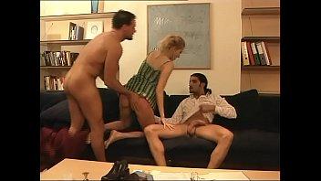 blonde double penetration lingerie Arrimon en su brazo mientras me lo ve